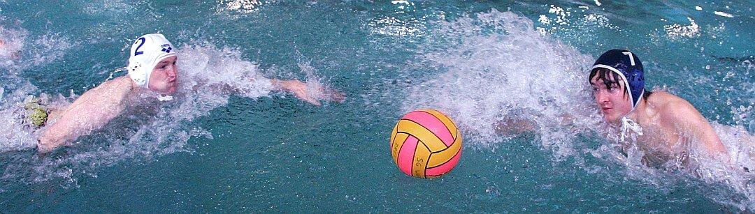 Zwei Wasserball-Spieler beim Anschwimmen