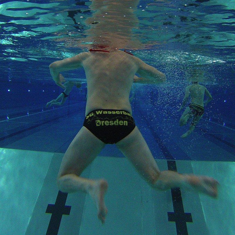 Wasserball-Spiel: Blick unter Wasser